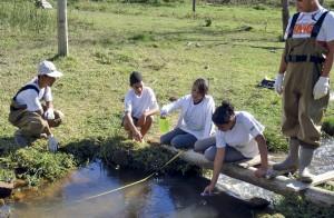 Conexão Eco Jovens realizando monitoramento da qualidade de água